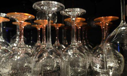 Einfacher Trick, damit Gläser nicht verstauben