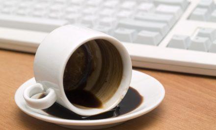 Kaffee- und Teeränder entfernen mit Hausmittel