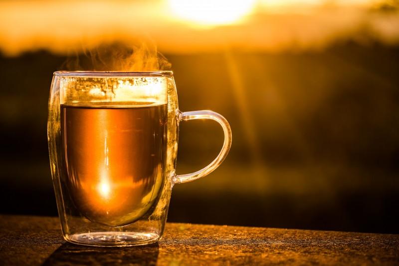 Heißen Tee schnell auf Trinktemperatur abkühlen