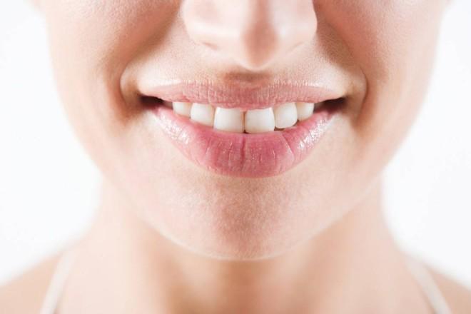 10 Tipps und Hausmittel für weiße Zähne