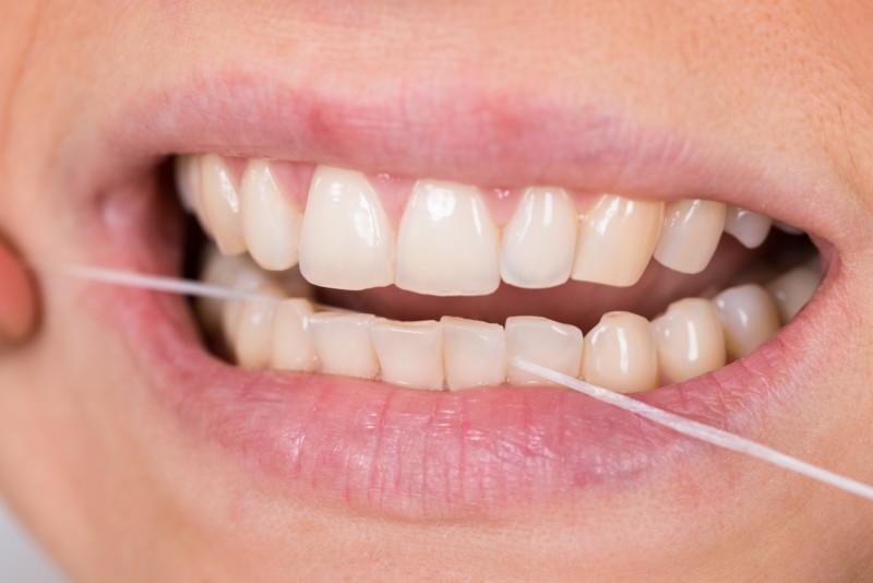 Interdentalbürsten und Zahnseide richtig benutzen