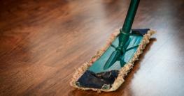 Fußboden sauber wischen