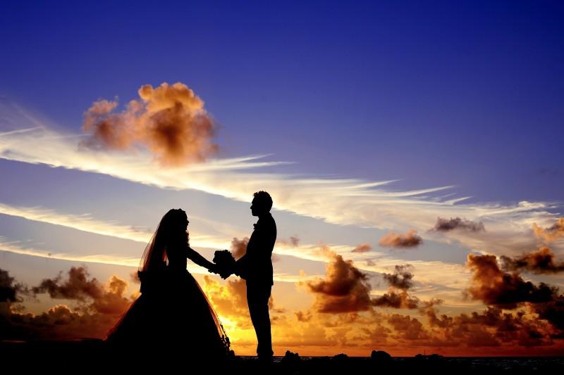 Hochzeitskleidung Outfits unter freiem Himmel