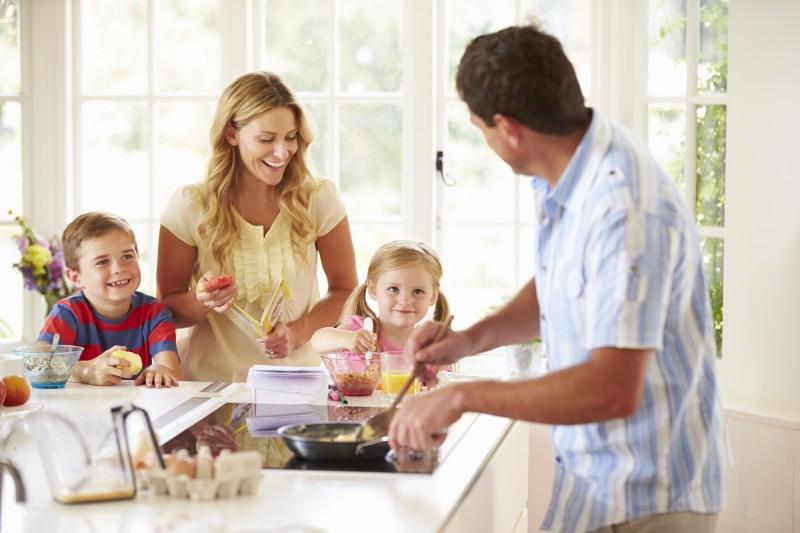 Wie Kinder in der Küche mithelfen können